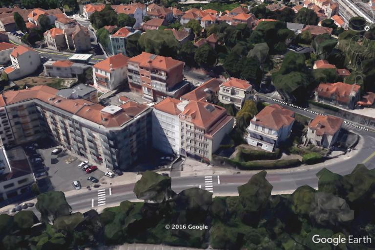 Vista aérea sobre o prédio e sua envolvente.